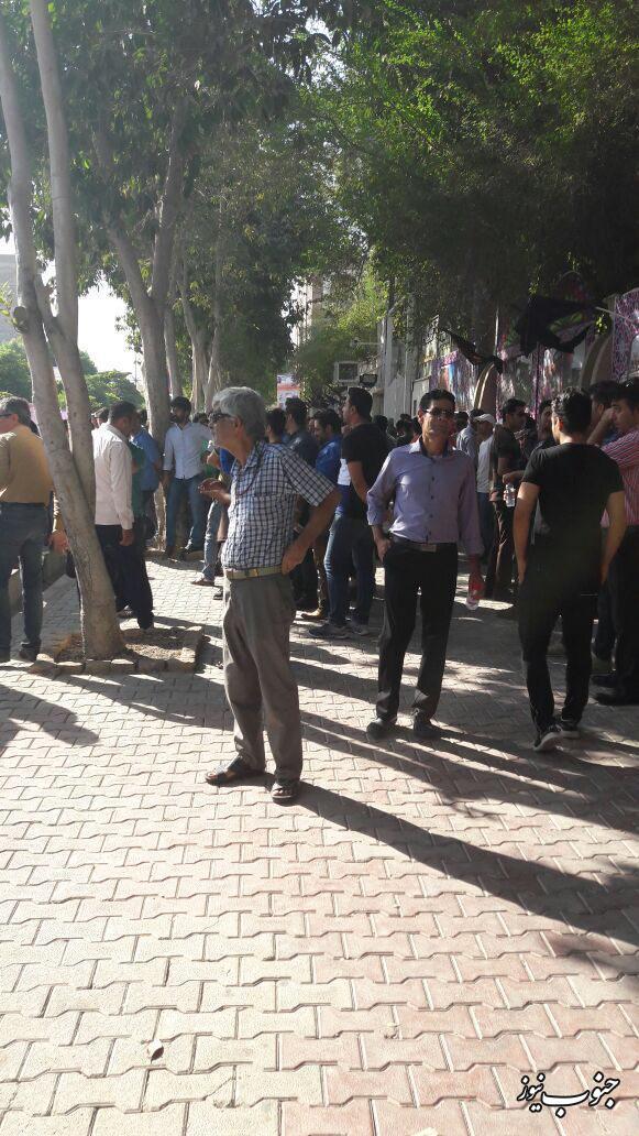 جمع اعتراض آمیز مغازه داران بوشهری درب استانداری+تصاویر
